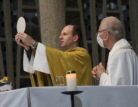 Paróquia celebra instituição da Eucaristia e Sacerdócio